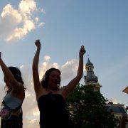 Dansende mensen met Silent Disco bij een kerk
